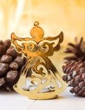 Золотая диаграмма ангела рождества, конусы сосны, сверкная предпосылка, праздничная, шаблон поздравительной открытки Стоковое фото RF