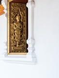 Золотая картина ангела на древесине высекла окно Стоковое Изображение RF