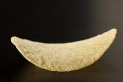 Золотая картофельная стружка на черноте, селективный фокус, конец-вверх Стоковые Фотографии RF