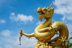 Золотая китайская статуя дракона на предпосылке голубого неба в Пхукете к стоковые фотографии rf