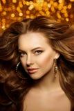 Золотая красивая женщина моды, модель с сияющим здоровым длинным v стоковая фотография rf