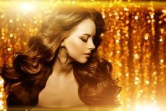 Золотая красивая женщина моды, модель с сияющим здоровым длинным v стоковая фотография
