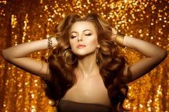 Золотая красивая женщина моды, модель с сияющим здоровым длинным v стоковое изображение