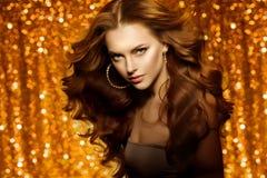 Золотая красивая женщина моды, модель с сияющим здоровым длинным v стоковое фото rf