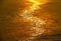 Золотая мерцающая морская вода с волной, refection Солнця светлым на море стоковая фотография rf