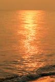 Золотая мерцающая морская вода с волной, refection Солнця светлым на море стоковое фото rf