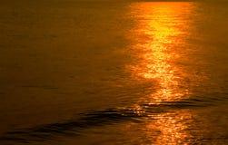 Золотая мерцающая морская вода с волной, refection Солнця светлым на море стоковые фото