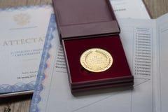 Золотая медаль и диплом студент-выпускника Стоковая Фотография RF