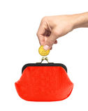 Золотая монетка в руке человека и красном портмоне изолированных на белизне Стоковые Фото