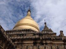 Золотая пагода, висок в bagan, Бирма, красивый висок с голубым небом Стоковые Фотографии RF