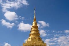 Золотая пагода в Таиланде с голубым небом Стоковая Фотография RF