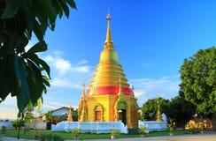 Золотая пагода на виске, Таиланде Стоковые Фотографии RF