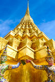 Золотая пагода под голубым небом, Таиландом Стоковые Изображения