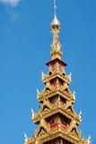 Золотая пагода под голубым небом стоковое фото
