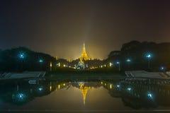 Золотая пагода Shwedagon на ноче в Янгоне, Мьянме стоковое фото rf
