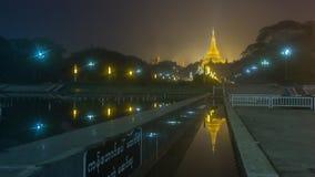Золотая пагода Shwedagon на ноче в Янгоне, Мьянме стоковое изображение