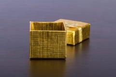 Золотая покрашенная подарочная коробка на таблице Стоковая Фотография