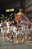 Золотая портативная святыня в японских фестивалях Стоковые Изображения