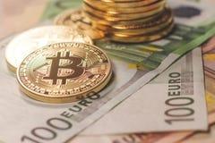 Золотая предпосылка евро bitcoin Cryptocurrency Bitcoin Стоковая Фотография RF