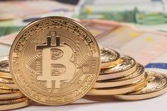 Золотая предпосылка евро bitcoin Cryptocurrency Bitcoin Стоковое Изображение