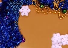 Золотая предпосылка с шариками и сусалью рождества, вышитыми бисером Стоковые Фото