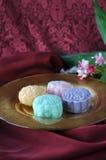 Золотая плита Mooncake на красной предпосылке Стоковые Фото