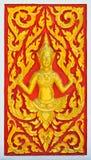Золотая скульптура ангела на тайской стене виска Стоковая Фотография RF