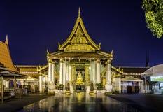 Золотая скульптура Будды в буддийском виске Стоковые Изображения RF