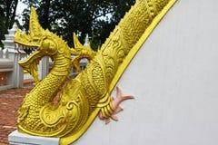 Золотая скульптура лестницы Naga в виске Lao Стоковое Фото