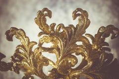 Золотая снежинка на снеге ретро Стоковые Фотографии RF