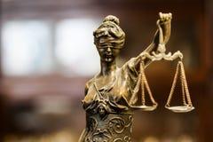 Золотая статуя бронзы взгляда правосудия стоковые фотографии rf