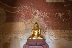 Золотая статуя Будды внутри виска в Bagan Стоковые Изображения