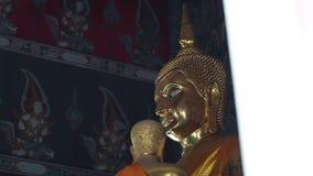 Золотая статуя Будды в виске wat тайском сток-видео