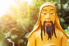 Золотая статуя Будды в солнечном свете Стоковое Изображение