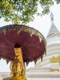 Золотая статуя Будды и белая пагода Стоковые Изображения