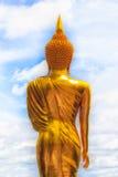 Золотая статуя Будды и голубое небо в тайском виске стоковое фото