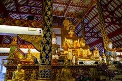 Золотая статуя Будды и статуя ангела Стоковые Фото