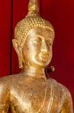 Золотая статуя Будды на виске в Таиланде стоковая фотография