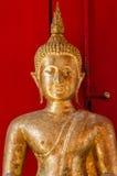 Золотая статуя Будды на виске в Таиланде стоковые изображения rf