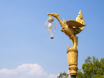 Золотая статуя лебедя с уличным фонарем на голубом небе Стоковые Изображения RF