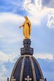 Золотая статуя девы мария Стоковые Фотографии RF