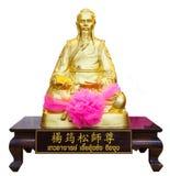Золотая статуя китайского бога изолированного на белой предпосылке Стоковое фото RF