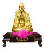 Золотая статуя китайского бога изолированного на белой предпосылке Стоковое Изображение