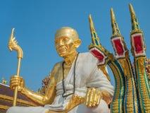 Золотая статуя монаха и змей 3 голов Стоковое фото RF