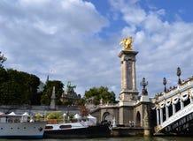 Золотая статуя на Pont Александре III, грандиозная крыша Palais, взгляд от реки Siene Стоковая Фотография