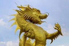 Золотая статуя дракона и голубое небо Стоковые Фотографии RF