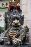 Золотая статуя дракона и дракона младенца Стоковая Фотография
