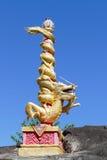 Золотая статуя дракона на штендере на камне Стоковые Фотографии RF