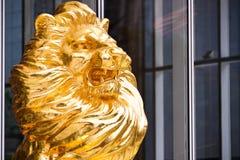 Золотая статуя льва перед зданием Стоковые Фотографии RF