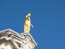 Золотая статуя St Mary ангелов Стоковые Изображения